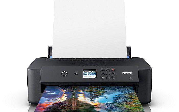 La nueva impresora fotográfica inalámbrica XP-15000 de Epson, con un tamaño sorprendentemente pequeño, produce fotos A3+ de alta calidad.