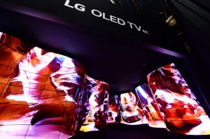 LG OLED, pantallas OLED Flexibles, LG Electronics, Feria CES, CES2018, Las Vegas, televisores, stand, electrodomésticos, tecnología, electrónica de consumo, televisor, negro puro, OLED TV