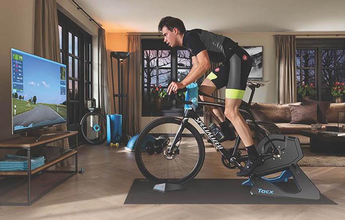 ciclista entrenando con tacx