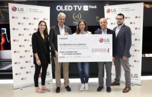 entrega del cheque de LG Electronics España a Cooperación Internacional
